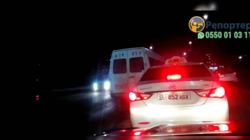 На ул.Ахунбаева маршрутка выехала на встречную полосу. Видео