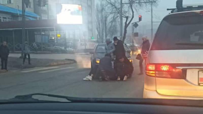 На ул.Ахунбаева машина сбила девушку на пешеходном переходе. Фото