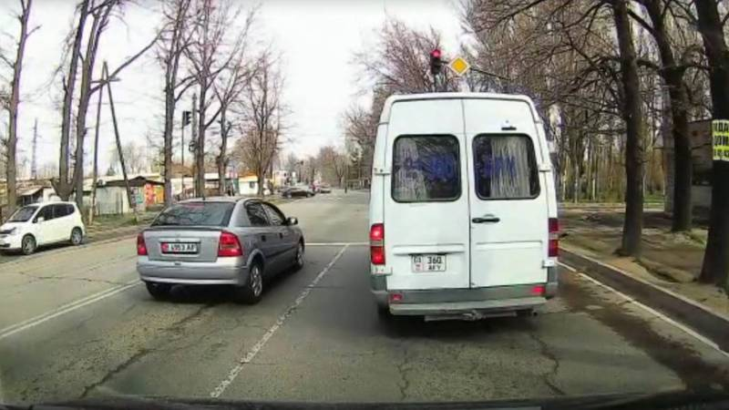 В Бишкеке «Спринтер» несколько раз проехал на красный сигнал светофора. Видео