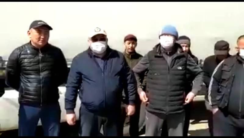 Перевозчики из Кыргызстана жалуются, что не могут вывезти груз из Казахстана. Видео