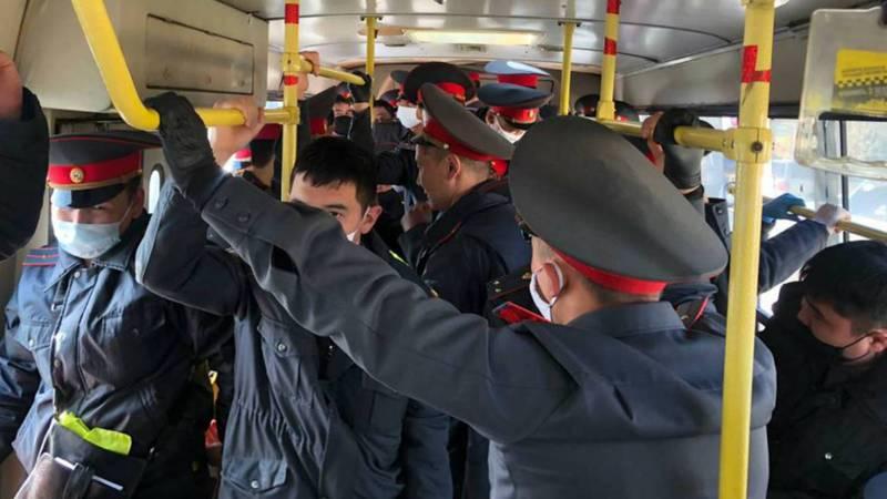 Салоны автобусов дезинфицируются, - ответ МВД на публикацию о том, что милиционеров развозят в забитых автобусах