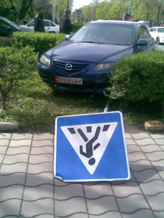 В Бишкеке на Айтматова-Айни машина сбила дорожный знак (фото)