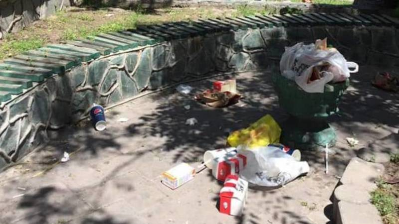 Бишкекчанин жалуется на мусор на Моссовете. Фото