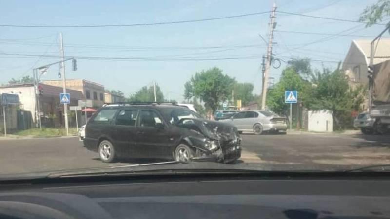 На Тоголок Молдо и Баялинова произошло ДТП. Столкнулись «Фольксваген» и «Тойота». Фото очевидца