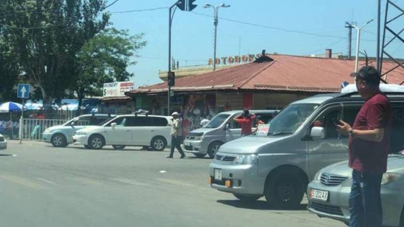 Очевидец жалуется на таксистов возле автовокзала в Бишкеке. Фото