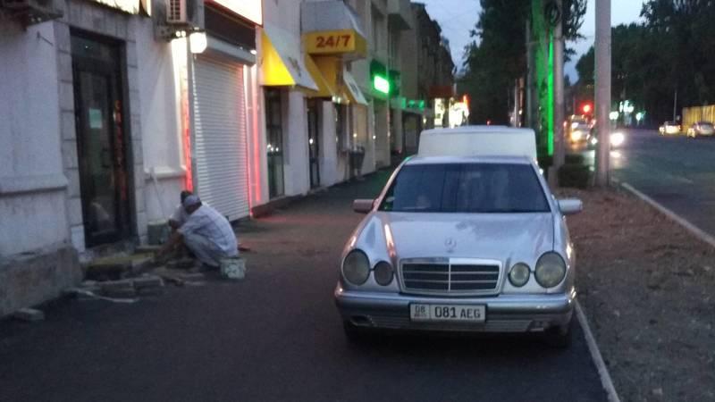 Горожанин припарковал свой «Мерседес» на новом тротуаре. Когда мэрия сделает столбики? - очевидец. Фото