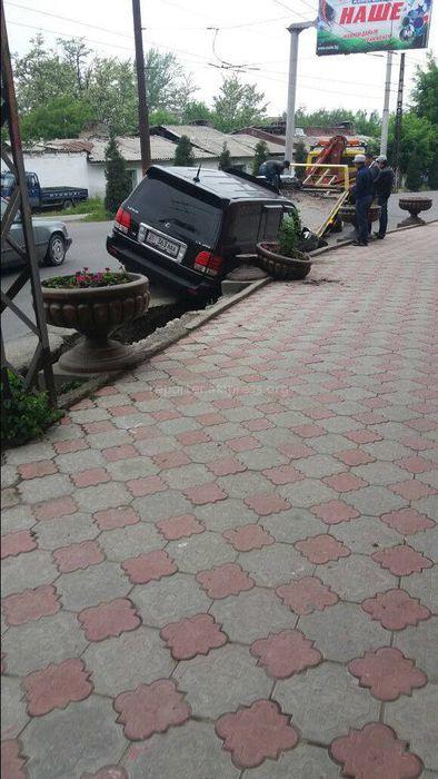 На ул.Кыргызстан в Оше «Лексус» упал в лоток (фото)