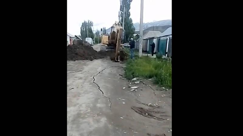 По улице Шералиева в городе Нарын трубы для питьевой воды проложили некачественно,- местный житель