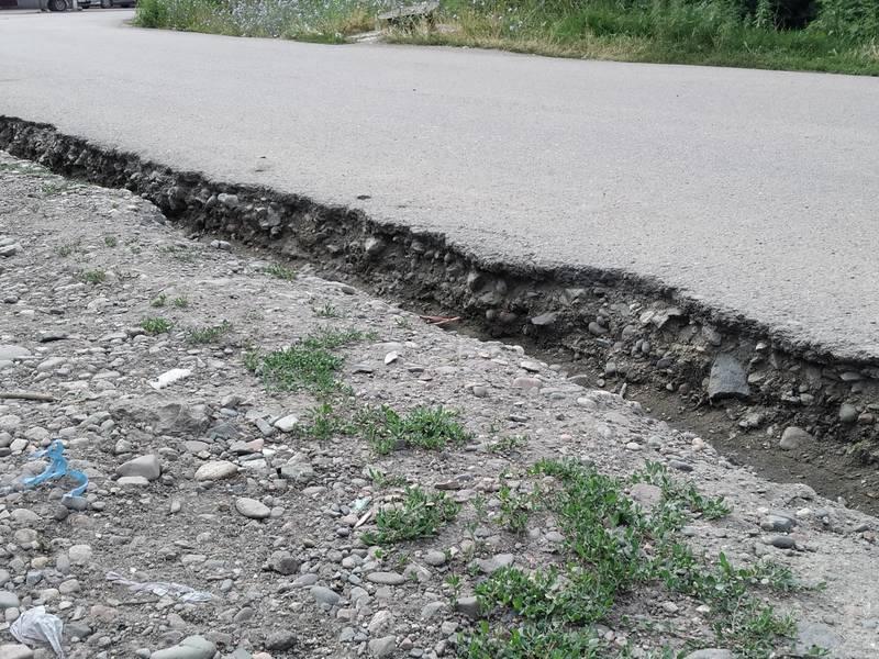 Жительница села Нижная Ала-Арча жалуется на разрушение асфальта в переулке Западный