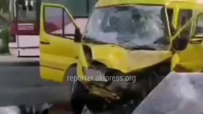 Маршрутка №355 попала в ДТП в Буденовке. Видео очевидца