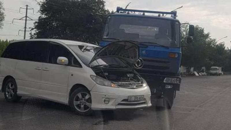 В Оше грузовик «Тазалыка» врезался в «Тойоту». Фото