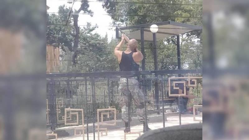 В Оше мужчина в форме отстреливает птиц. Фото