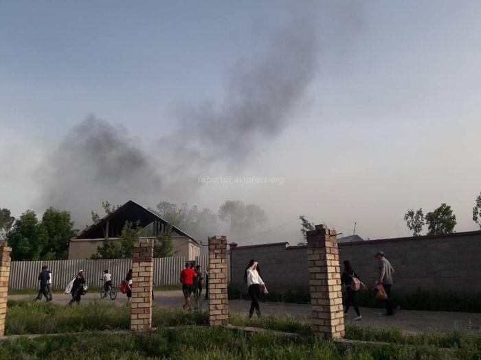 Видео, фото — В Кызыл-Аскере во дворе дома произошел пожар