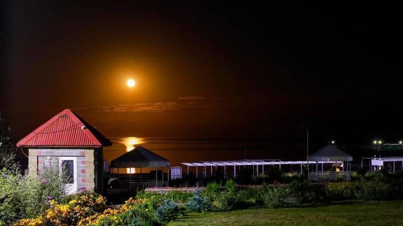 Лунная дорожка на Иссык-Куле. Фото отдыхающего