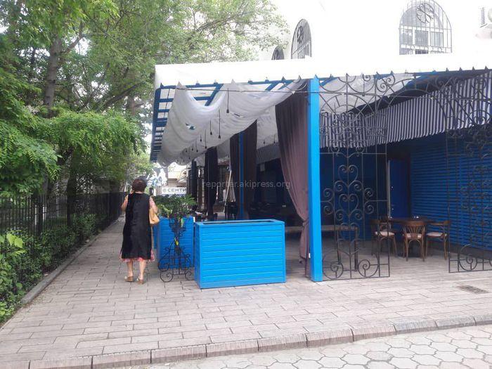 Законно ли ресторан занимает часть тротуара на проспекте Чуй? - житель (фото)