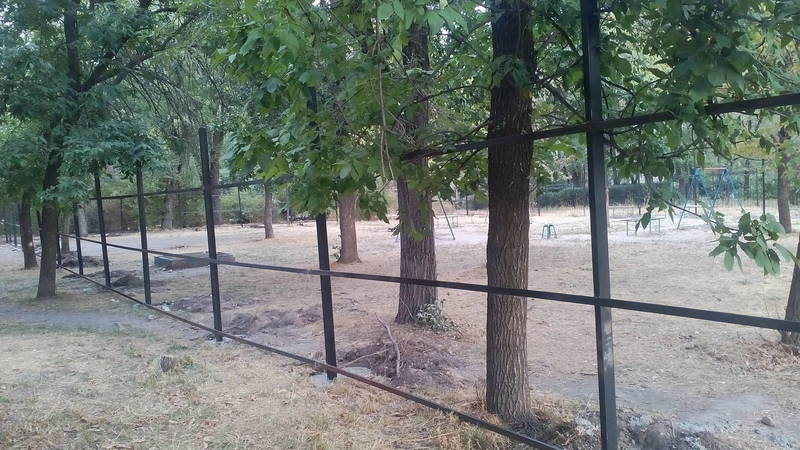Детскую площадку в 8 мкр огородили под строительство многоэтажки, несмотря на отсутствие разрешения. Фото