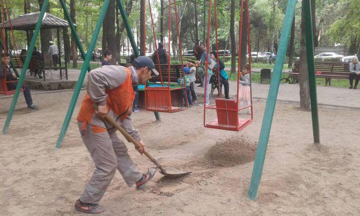 «Тазалык» начал обустраивать детские площадки на бульваре Эркиндик (фото)
