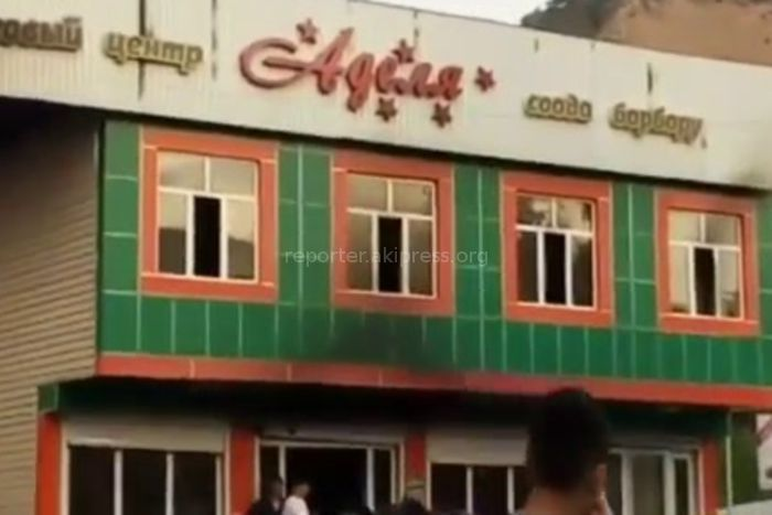 В городе Майлуу-Суу в мини-торговом центре произошел пожар. Работники разбираются с последствиями (видео)