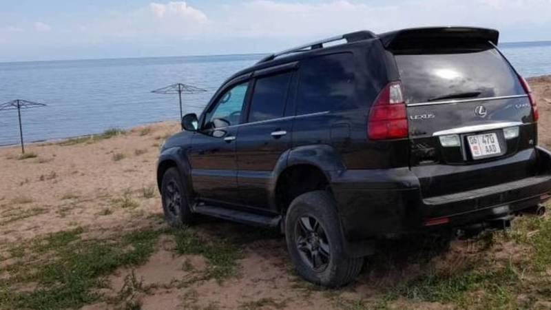 Lexus GX 470 заехал на берег озера Иссык-Куль в Бостери