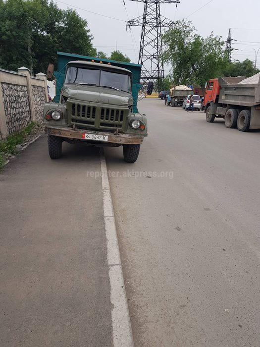 Житель просит УОБДД Бишкека принять меры в отношении грузовиков, которые паркуются на тротуаре перекрестка Дэн Сяопина-Садыгалиева