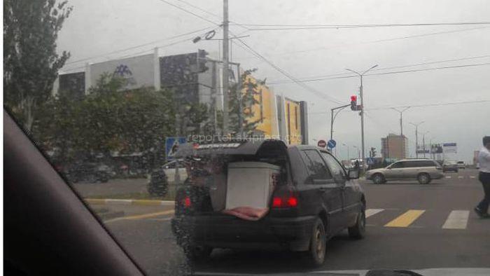 Фото — Мужчина ехал в открытом багажнике машины вместе с грузом