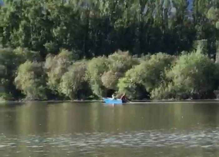 Видео — Среди бела дня на озере Иссык-Куль мужчины ловили рыбу неводом