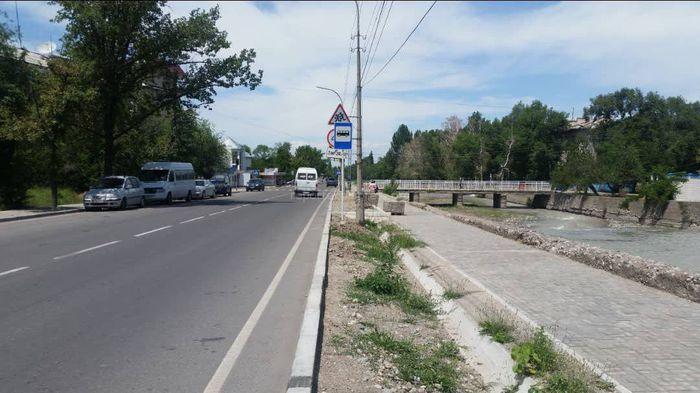 В Бишкеке на ул.Малдыбаева новый знак остановки закрыл знак ограничения скорости (фото)