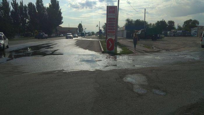 На перекрестке Анкара и Ауэзова больше года затапливает дорогу чистой питьевой водой