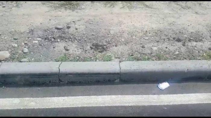 На ул.Валиханова припарковали грузовик, задев бордюры, - горожанин