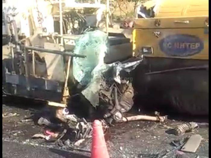 Видео — На автотрассе Баткен—Исфана легковушка врезалась в строительно-дорожную машину и превратилась в груду металла