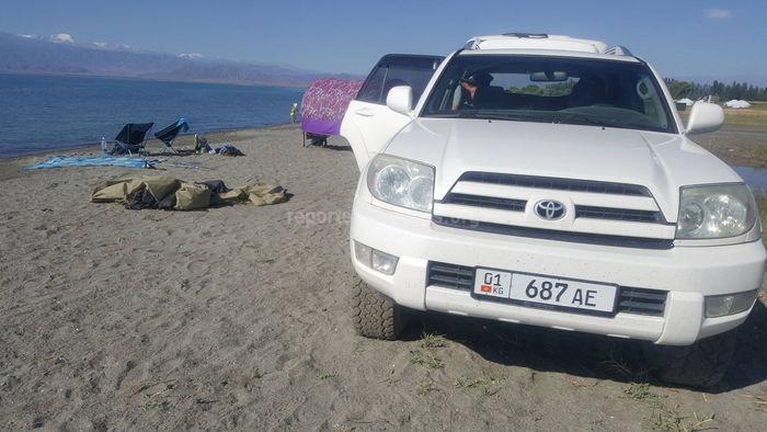 «Тойота» заехала на берег озера Иссык-Куль