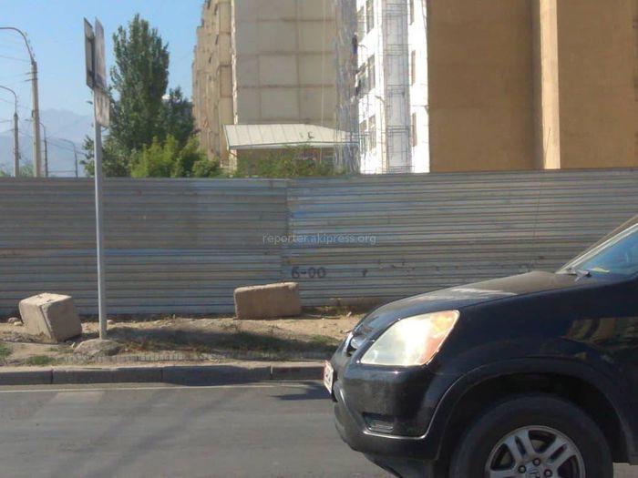 На Ахунбаева-Тыналиева починили ограждение, представлявшее опасность