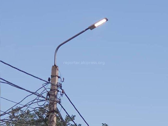 На улице Салиевой уличные фонари горят в дневное время (фото)