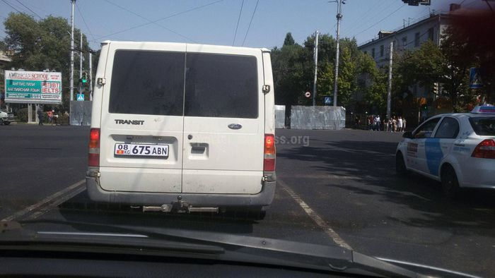 В Бишкеке ехал бусик с необычно написанным госномером