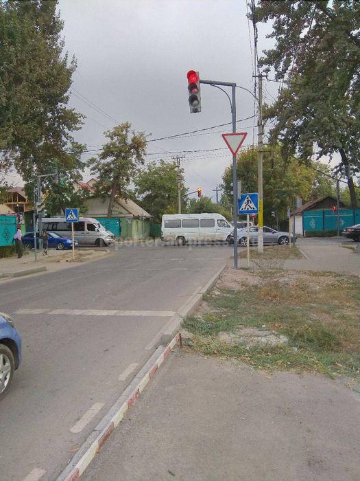 Специализированное монтажно-эксплуатационное управление обследует светофор на Жибек Жолу-Коммунарова