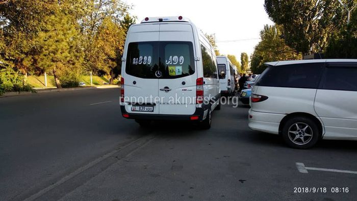 Бишкекчанин жалуется на беспорядочную парковку на Ибраимова-Кулатова