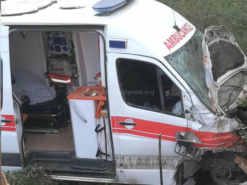Машина скорой помощи с беременной женщиной улетела в обрыв после столкновения с «Тойотой» (фото)