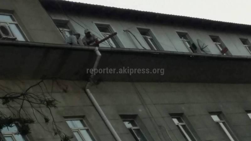 Рабочие без страховки заменяют крышу дома по адресу Суванбердиева, 102