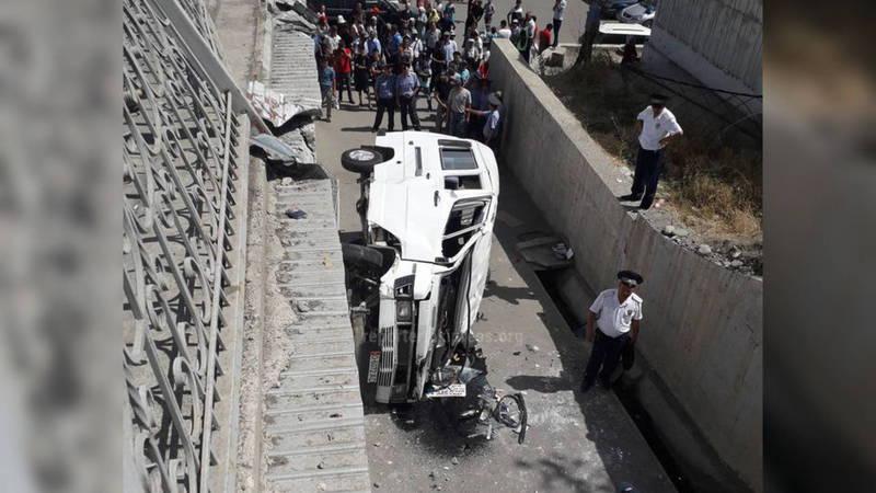 В Оше микроавтобус с пассажирами слетел с моста (новое видео)