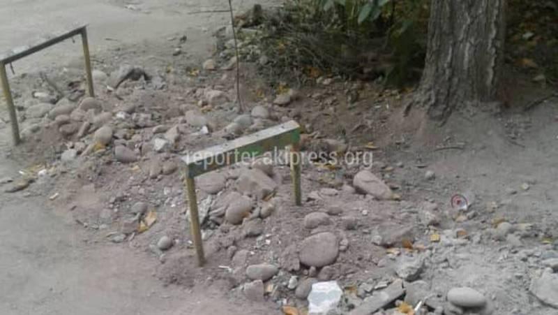 Сотрудники ОАО «Бишкектеплосеть» не привели в порядок прилегающую территорию после ремонта возле дома №15 на Горького