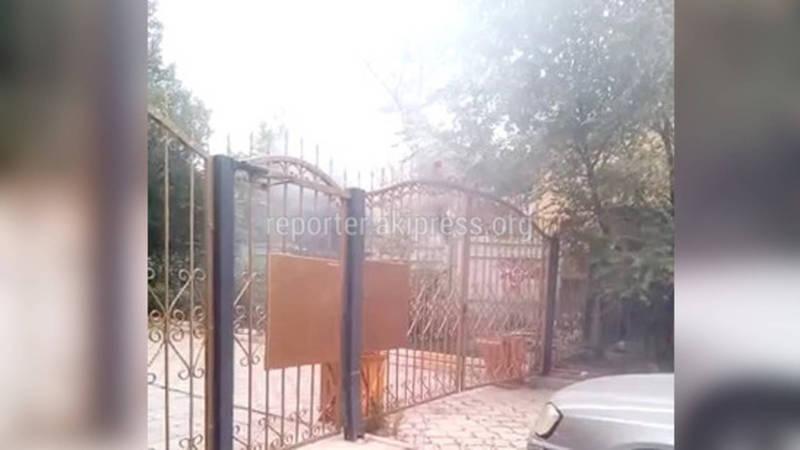 Во дворе одного из домов по ул.Байтик Баатыра сжигали мусор (видео)