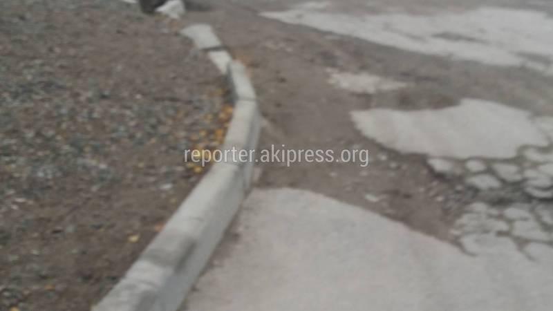 Бишкекчанин: На улице Сары-Челек дорожные работы начали в 2017 году, но до сих пор не завершили (фото)