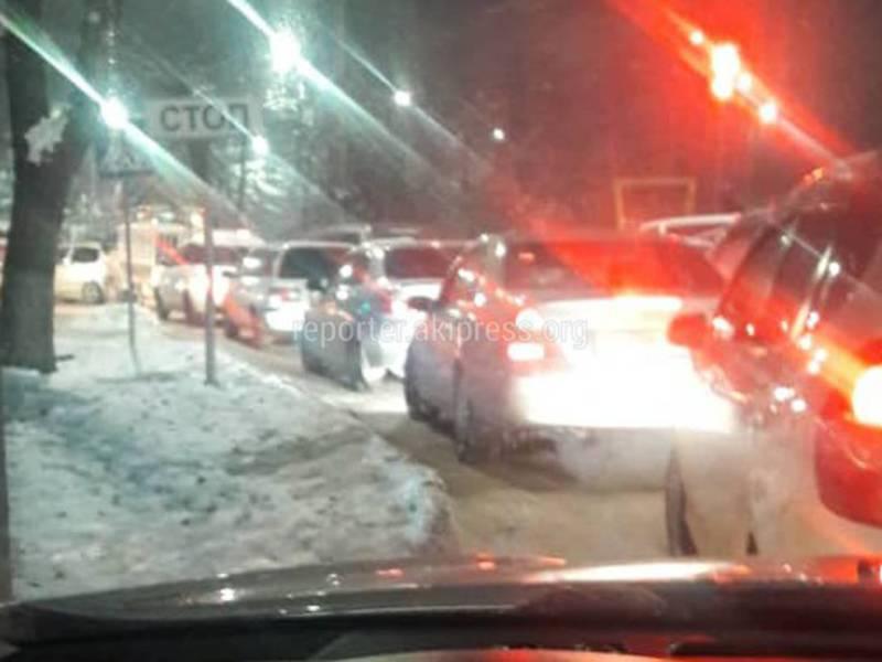 «Полный беспредел». Из-за пробки на Молодой Гвардии–Московской машины едут по тротуару (видео, фото)