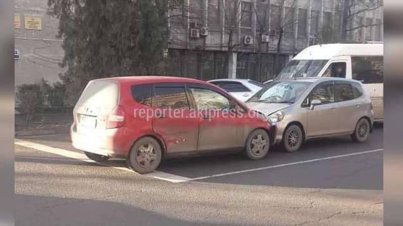 В Бишкеке «Хонда» выехала на встречку и врезалась в другую «Хонду» (фото и видео)