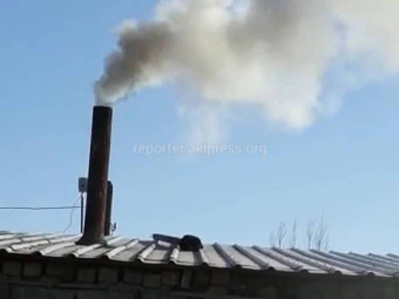 Житель жалуется на черный дым бани на улице Кондучаловой (видео)