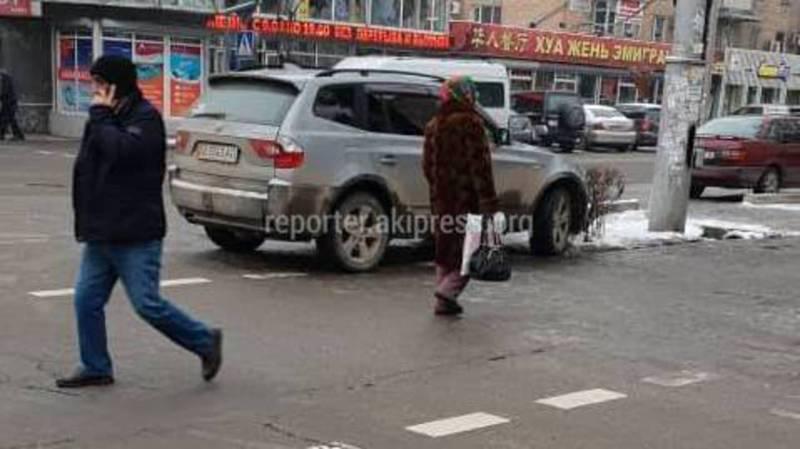 На Киевской-Логвиненко водитель BMW припарковался поперек улицы (фото)