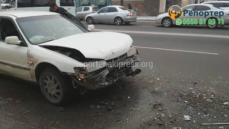 «Хонда» врезалась в маршрутку на остановке (видео)