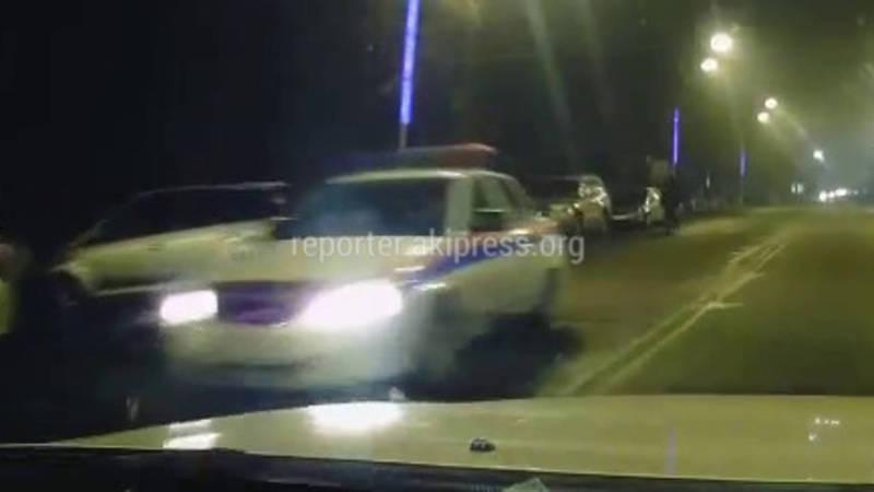 Видео - В Оше служебная машина УОБДД нарушает ПДД