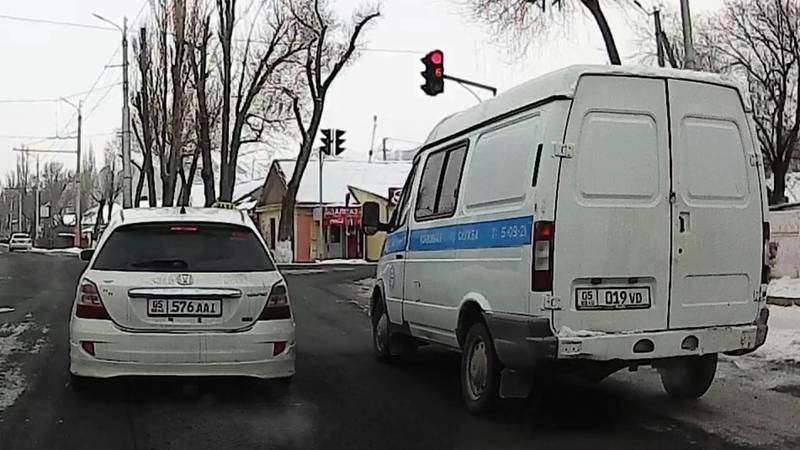 В г.Нарын водитель на автомобиле УВД г.Нарын проехал на красный свет светофора, - читатель (видео)
