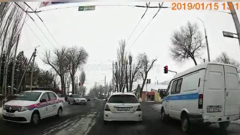 В Нарыне машина проехала на красный сигнал светофора (видео)